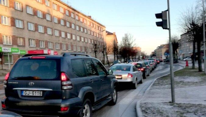 """Протестующие против закрытия школы родители организовали """"пробку"""" на главной улице Елгавы"""
