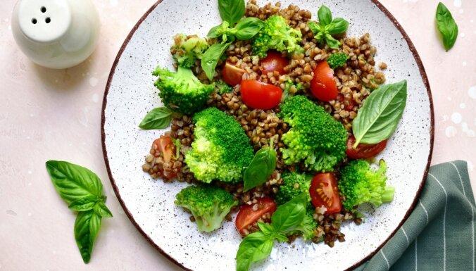 Griķu salāti ar brokoļiem, ķirštomātiem un pesto mērci