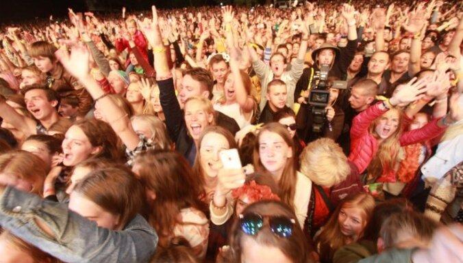 Koncerti, trakas dejas un izklaides - spilgtāko 'Positivus' video izlase