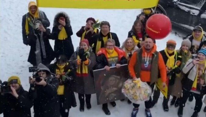 ВИДЕО: Зачем поющие люди с плакатами окружили дом Пугачевой