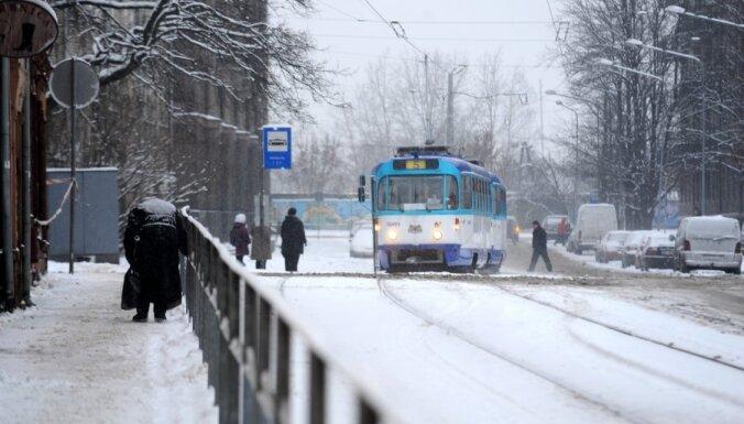Svētdien Rīgā pastiprināti tīrīs rajona nozīmes ielas, gājēju zonas un pieturvietas