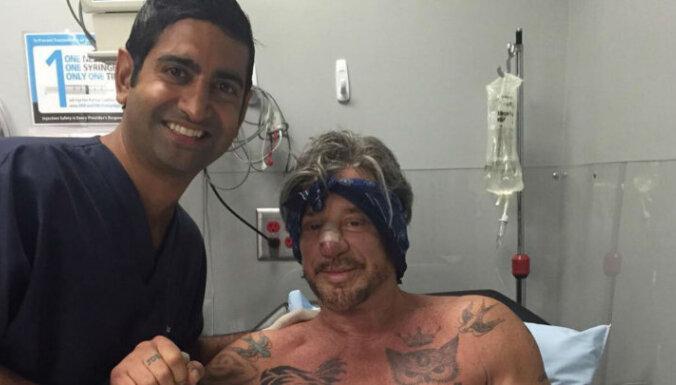 Pēcoperācijas foto: Rūrks mēģina glābt sakropļoto seju