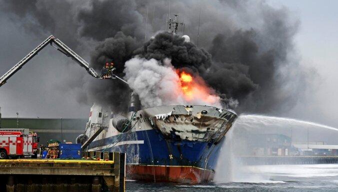 ФОТО, ВИДЕО: В норвежском порту загорелся и опрокинулся российский траулер