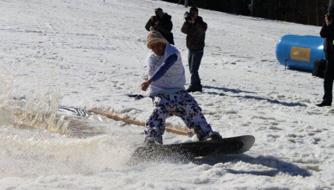 Spītējot atkusnim, vairums slēpošanas kalnu strādā; uz laiku slēgta 'Lemberga hūte'