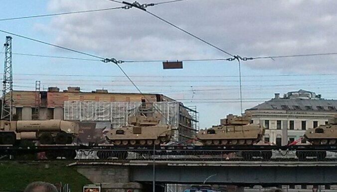 ФОТО: В Елгаве и центре Риги замечены составы с танками и военной техникой