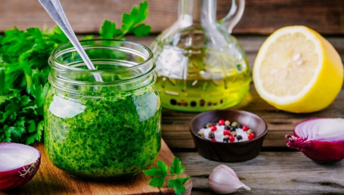Koriandra zaļumu mērce jeb 'mojo de cilantro'