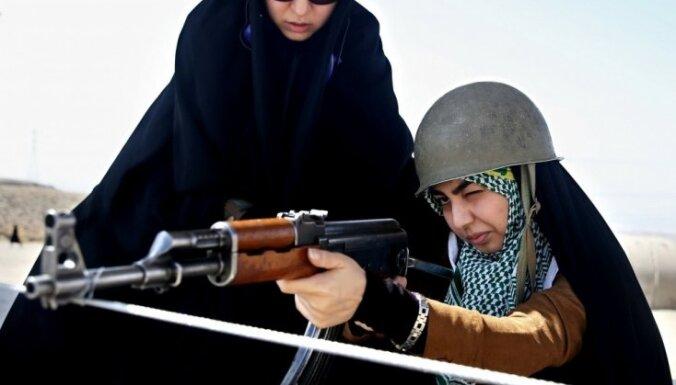 Foto: Parandžā un ar ieročiem - Irānas brīvprātīgie apgūst kaujas iemaņas