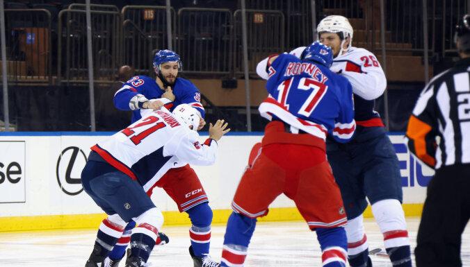 """Самосуд в НХЛ: хоккеисты """"Рейнджерс"""" травмировали обидчика Панарина"""