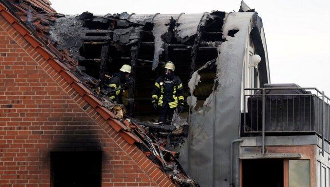 Три человека погибли при падении самолета на дом в Германии