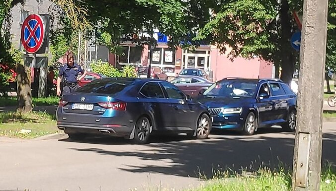 ФОТО: Полицейский патруль на время перекура поставил машину под запрещающий знак
