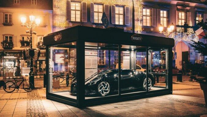 Foto: Francijā 17 miljonus vērts 'Bugatti' izstādīts kā Ziemassvētku rotājums
