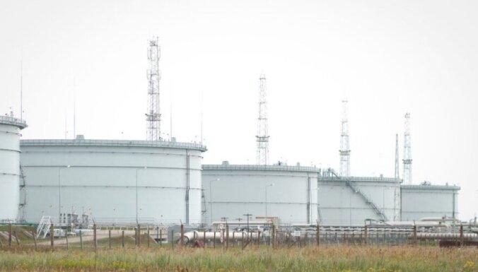 На терминале в Бутинге произошла утечка, нефтяное пятно движется в сторону Латвии
