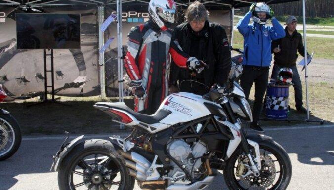 Litriem benzīna un simtiem kilometru: izmēģina 'Gada motocikla' titula pretendentus