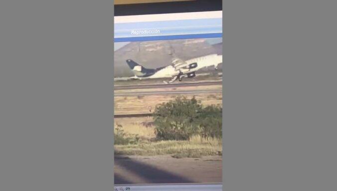 ВИДЕО: Пассажирский самолет задел крылом полосу при взлете