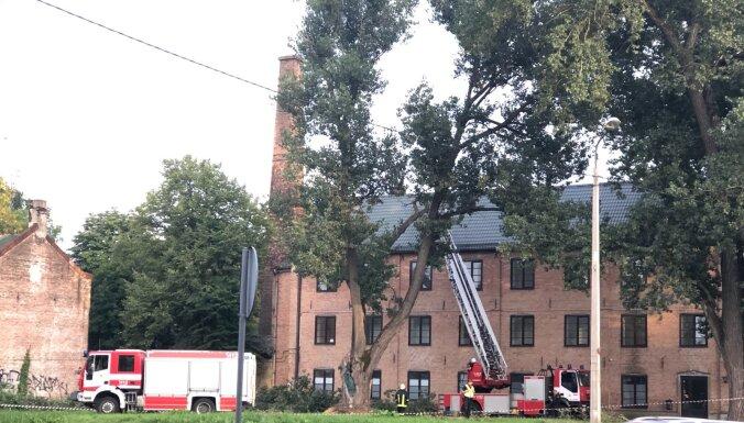 ФОТО: В Ильгуциемсе дерево упало на крышу жилого дома, блокировано движение