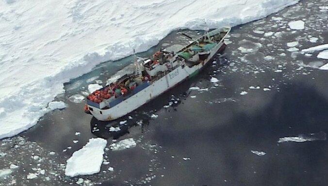 Pēc 12 dienām ledus gūstā izdevies atbrīvot Krievijas zvejas kuģi