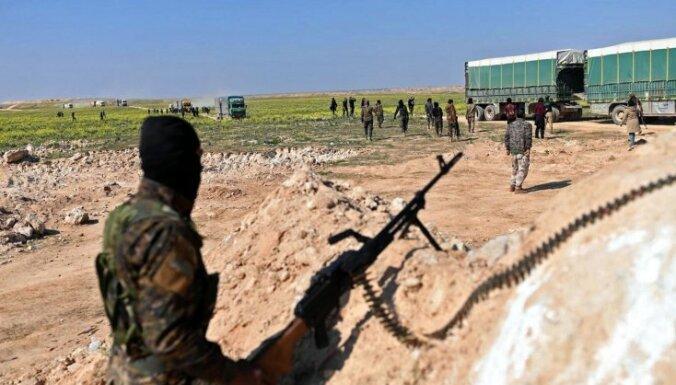 Kravas automašīnās evakuē civiliedzīvotājus no ielenkta 'Daesh' ciema
