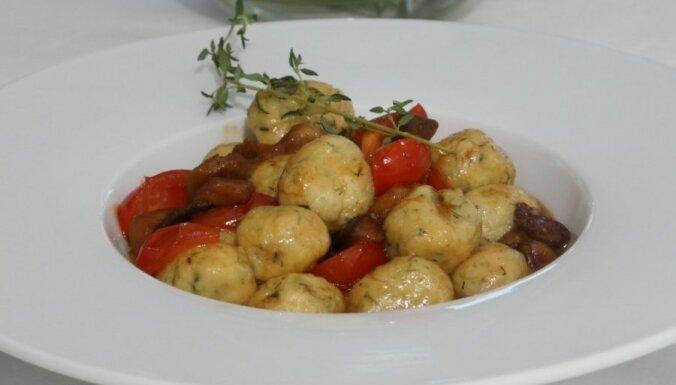 Клецки Ньокки из творога Рикотта с сыром Джюгас, боровиками и томатами Черри