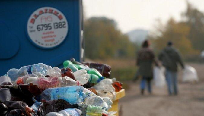 Video: Kijevā cilvēku pūlis atkal deputātu iemet atkritumu konteinerā