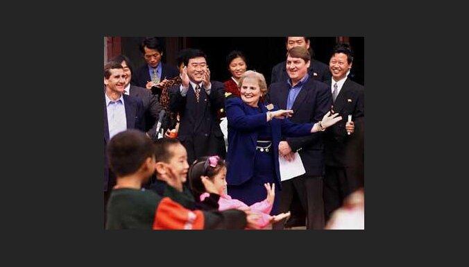 Мадлен Олбрайт танцует с корейскими детьми