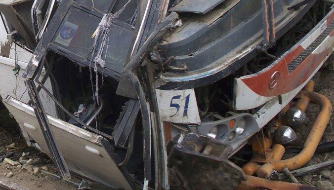 Ekvadorā autobuss iekrīt aizā - 26 bojāgājušie