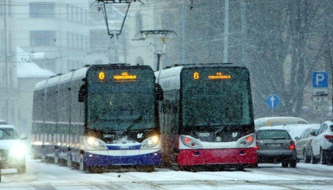 В Риге обледенели провода: трамваи и троллейбусы курсируют с опозданием
