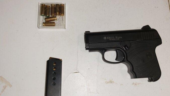 Foto: likumsargi divām personām Kuldīgā konfiscē narkotikas un ieročus