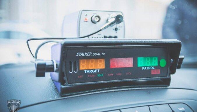 Talsu novadā kādu autovadītāju soda ar 55 eiro par radaru detektora izmantošanu