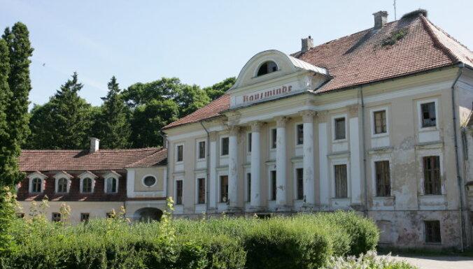 Bijušā politiķa Māra Gulbja uzņēmums sakopj Kaucmindes pili un atceļ tās pārdošanu