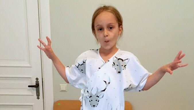Bērnu slimnīcas mazajiem pacientiem latviešu zīmols darinājis jaunas operāciju pidžamas