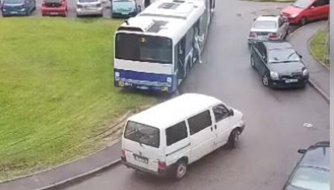 ВИДЕО: автобус объехал тесную улицу по траве