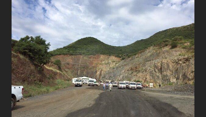 ФОТО: В ЮАР более 100 человек оказались в ловушке после обвала породы на золотом прииске