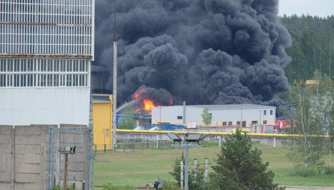 Под Саласпилсом загорелись отходы и два трактора: жителей предупредили об опасном дыме
