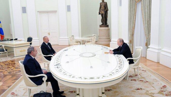 Первая встреча лидеров Азербайджана и Армении после войны в Карабахе: без рукопожатий, но договорились о шагах к миру