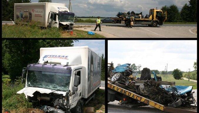 Avārija uz Bauskas šosejas: meklēšanā esošai 'Mazda' pāri pārbrauc 'smagais'