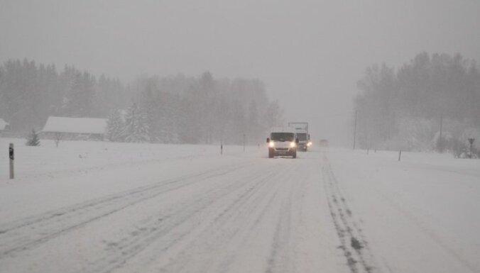Sniega dēļ apgrūtināta braukšana pa ceļiem visā valstī