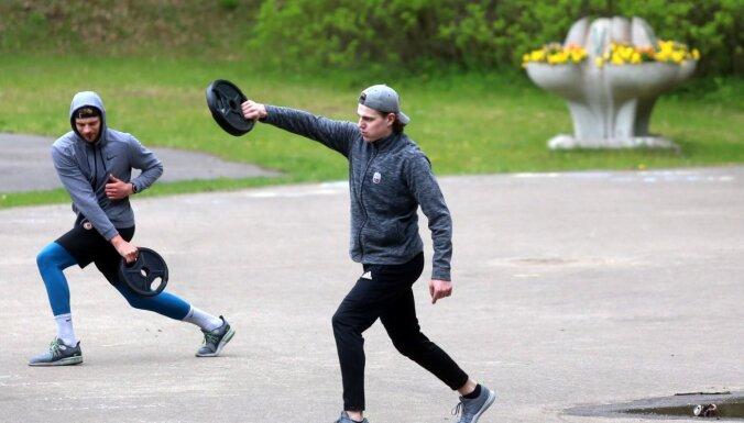 Foto: Latvijas hokeja izlases kandidāti izkustina muskuļus treniņā