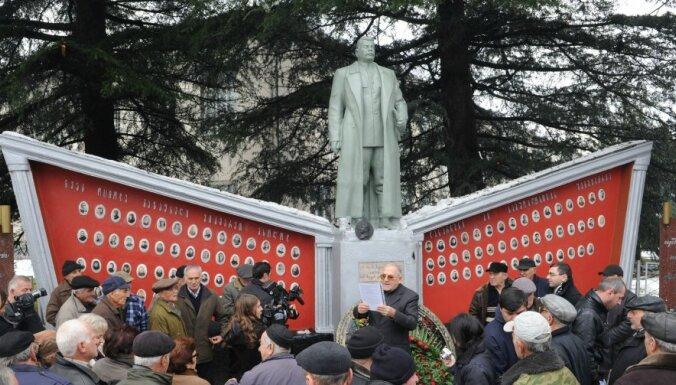 В Грузии вандалы облили бюст Сталину розовой краской