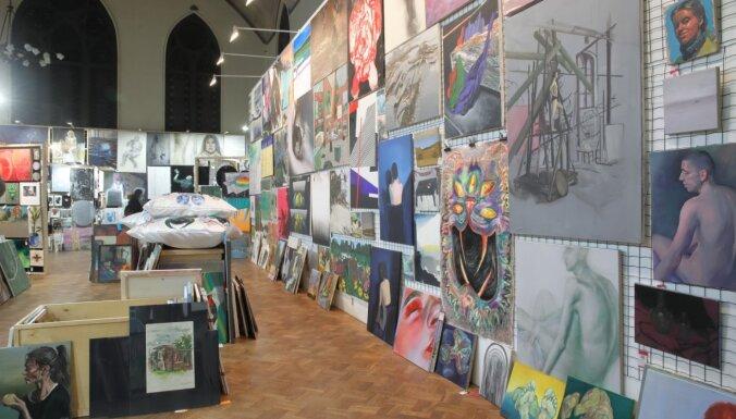 Foto: Durvis ver studentu mākslas darbu tirgus 'Jaunmarka'