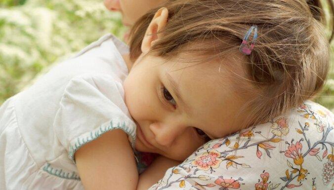 Kā atbalstīt kautrīgu bērnu: psihologa padomi