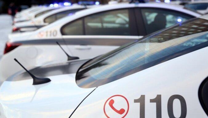 Policija: sods par vairāk kā divu cilvēku braukšanu vienā auto – nepatiesas ziņas