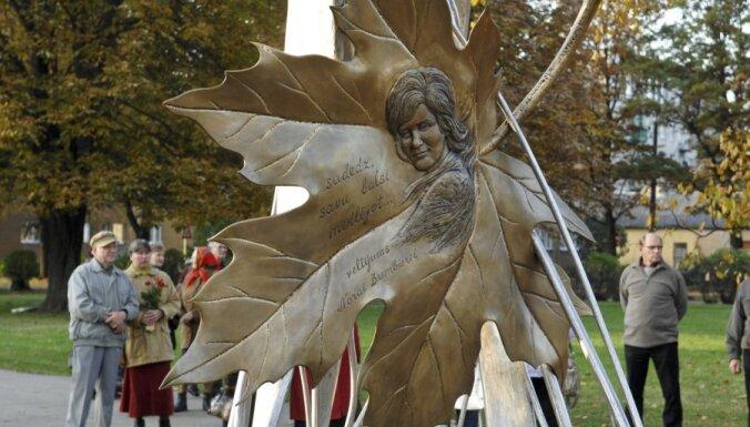 Fotoreportāža: Jelgavā beidzot atklāts piemineklis Norai Bumbierei