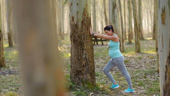Garas pastaigas, vingrošana un joga – grūtniecei piemērotākās fiziskās aktivitātes