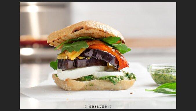 Сендвич с баклажанами и соусом песто