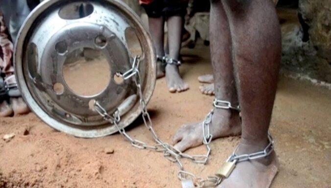 Foto: No islāma skolas Nigērijā atbrīvo vairākus simtus spīdzinātu vīriešu