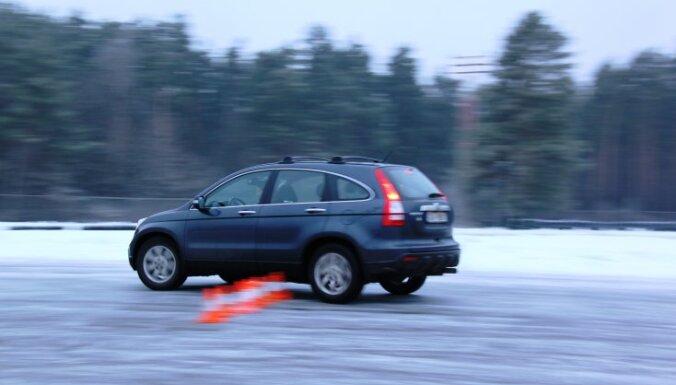 ДБДД предлагает бесплатные курсы зимнего вождения на трассе в Бикерниеки