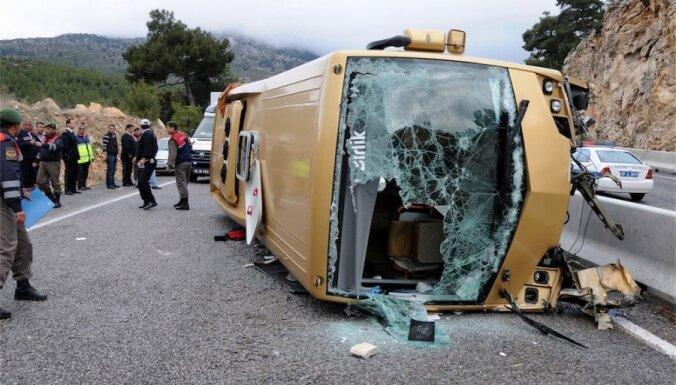Turcijā apgāžoties autobusam ar Šveices tūristiem, ievainoti 22 cilvēki