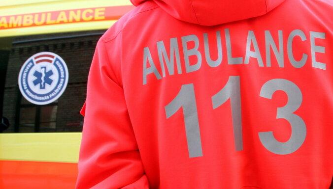 В Курземе подростков катали на веревке за машиной: погибла 14-летняя девушка
