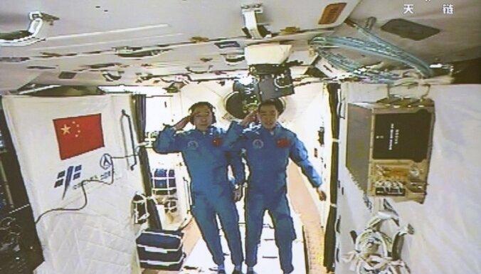 Ķīnas eksperimentālajā kosmosa stacijā ierodas divi astronauti