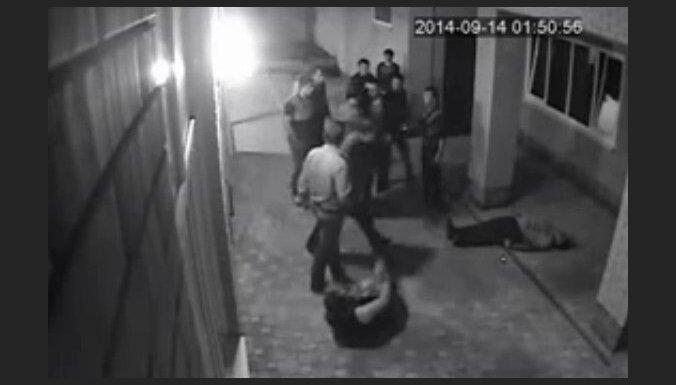 Video: Krievu bokseris 'izslēdz' trīs bandītus
